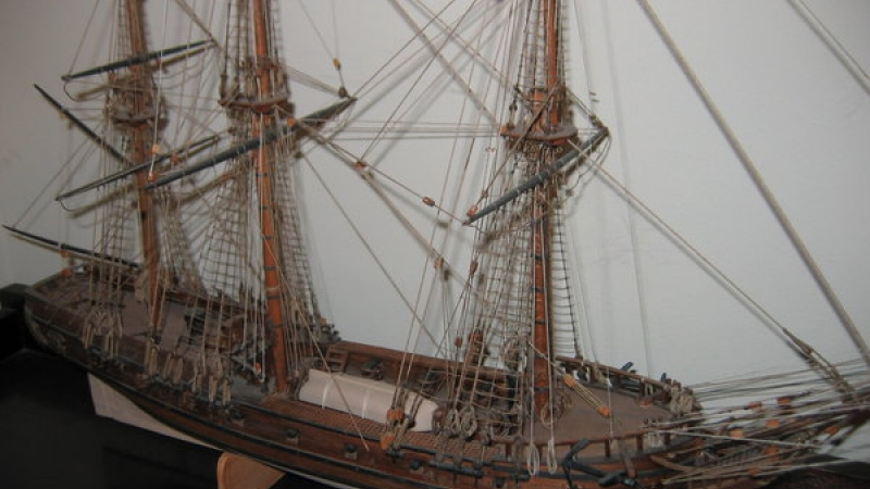 Deck detail includes gun carrages with rigging